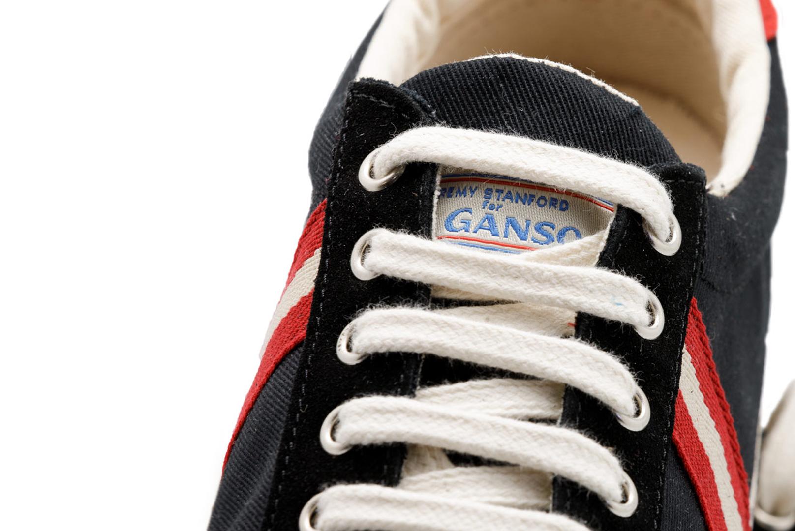 Zapatilla azul marino de la marca El Ganso con el nuevo logotipo