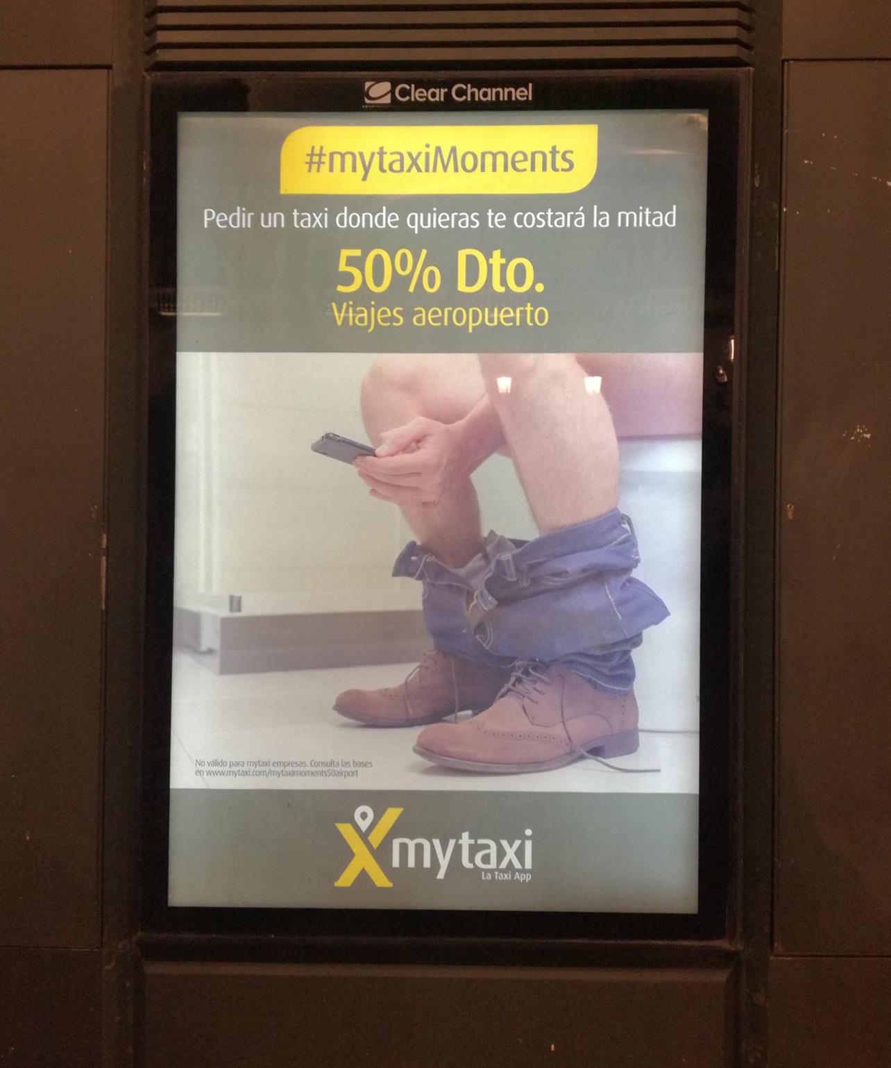 Gráfica de MyTaxi en la que se ve parcialmente a un hombre sentado en un inodoro con los pantalones bajados y escribiendo en el móvil.